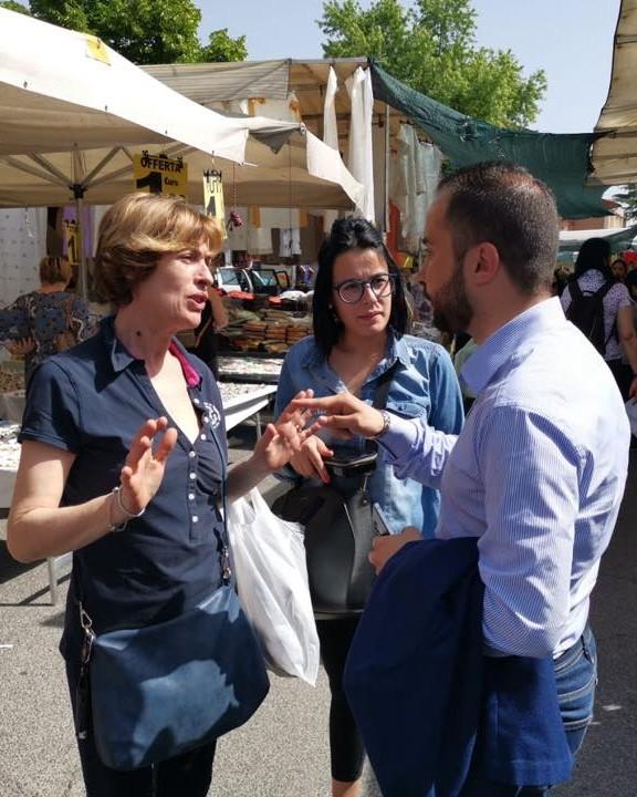 Il Sindaco Riccardo Varone ascolta persone al mercato